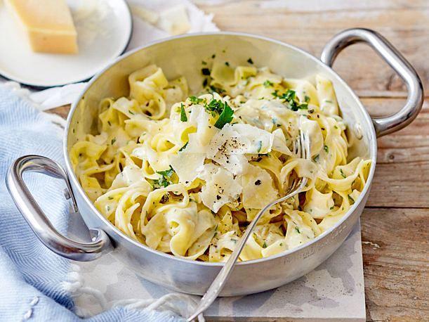 Unser beliebtes Rezept für One-Pot-Parmesan-Pasta und mehr als 55.000 weitere k...