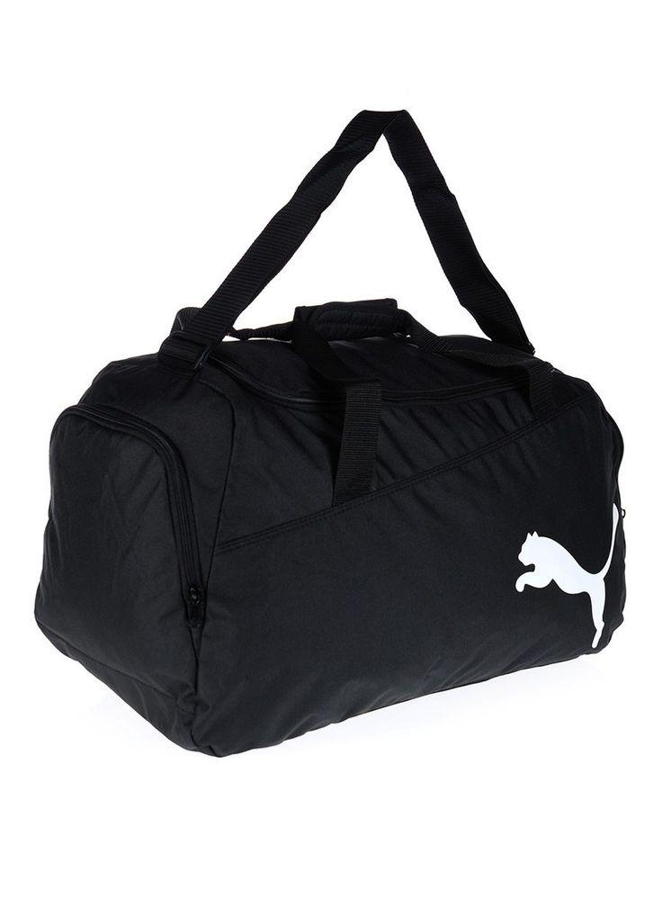 Czarna torba treningowa marki Puma idealnie nadaje się w w podróż lub na treningi. Pomieścisz w niej obuwie, odzież, akcesoria na fitnes lub bagaż. Wykonana została z 100% poliestru. Od zewnętrznej strony widnieje białe logo Puma. #Torba jest jednokomorowa z boczną kieszenią. Zapinana na zamek błyskawiczny.   #Torbasportowa #Torba #Puma #kolekcjaPuma #modasportowa