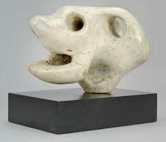 Animal Head (1951) Henry Moore Dit gebroken witten gipsen 3D beeld heeft de vorm van een oude mannen schedel. Aan de achterkant zit een soort theemok oor, wat je ook als gehoorgat zou kunnen voorstellen. De donkere schaduw in de verschillende gaten en de rechthoekige steen waar de schedel op staat zorgen voor een erg mooi lichtdonker contrast met de vrij lichte kleur van de schedel. Het mooiste aan dit kunstwerk vind ik de verschillende lichtdonker contrasten, omdat dat de dood goed…