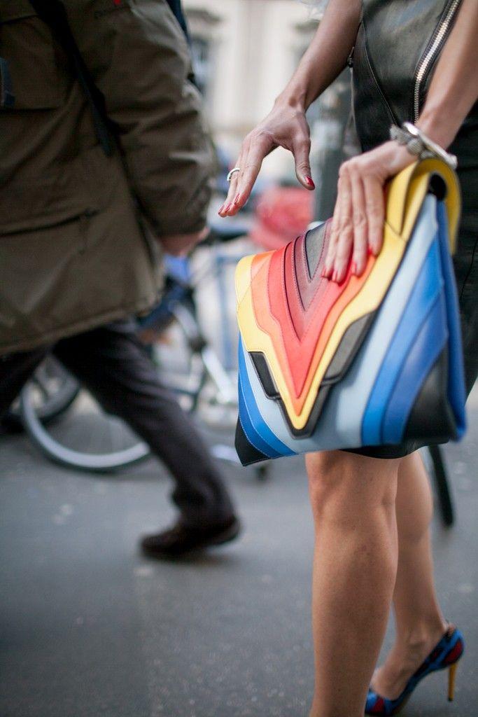 La Fashion Week de Milan ne déçoit jamais, ni par ses défilés, ni par son cadre féérique et encore moins par ses looks de rue. Envie de voir les styles observés danscette capitale de la mode italienne? Andiamo! Lestendances qui ressortentdela MFW : – le jeu des volumes et les silhouettes fluides (les shorts XXL) – lacouleur – le denim – la touchesportswear(vêtements et accessoires) – leretour aux années 60 et 70 Je vous mentirais si je vous disais que tout cela ne me donne pas envie…