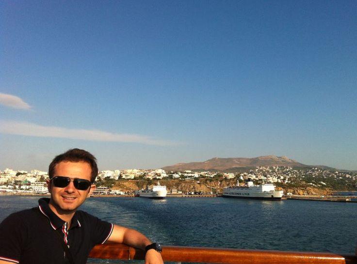 """Mikonos Adası Gezi Önerilerim FULL LİSTESİ     """"Mikonos diye bir yer varmış Yunanistan'da. Özellikle yazın gitmemiz lazım bak. Madem eğlenicez bu adayı kaçırmayalım."""" dedim yol arkadaşım Muhammet'e. Evde yine her zamanki gibi hayaller kurup, nasıl bir rota çıkaracağımıza karar veriyorduk. Biz rota çıkarırken çat diye karar verenlerden... http://www.xn--yoldaym-wfb.com/mikonos-adasi-gezi-onerilerim-full-listesi.html"""