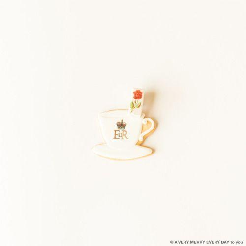 喫茶店の日...  喫茶店の日 JP  月13日は喫茶店の日 明治21年の月13日東京の上野に 日本初の喫茶店が開業したことが由来だそうです  これはTHUMB AND CAKESの カップアンドソーサーのアイシングクッキー カップにお花が一輪さしてあるように見えますが このお花は角砂糖なんです  カップに書かれてあるERは エリザベス世のマークです なのでイギリスのカップアンドソーサーを イメージしてつくられたクッキーだと思います  喫茶店の日ですが これはイギリスのカップですから 中に入っているのはコーヒーではなくきっと紅茶ですね 岡尾美代子