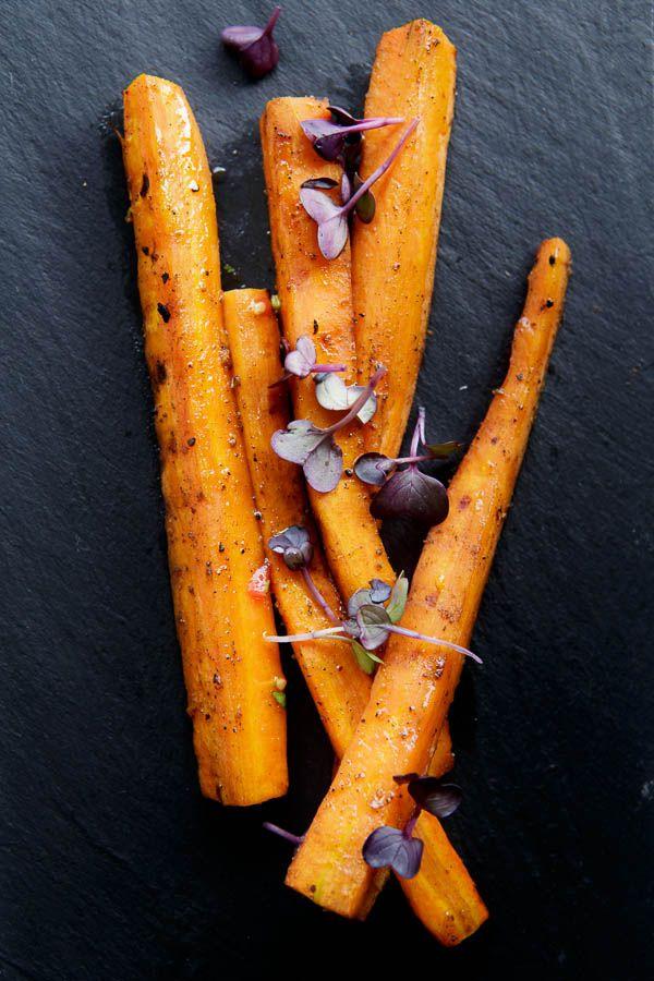 Leckere Karotten, langsam in vielen Gewürzen auf dem Grill oder in der Pfanne geschmort und mit Ahornsirup glasiert.