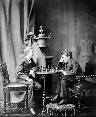 Auguste et Louis Lumière en joueurs d'échecs, photographiés par leur père, vers 1874 © Institut Lumière