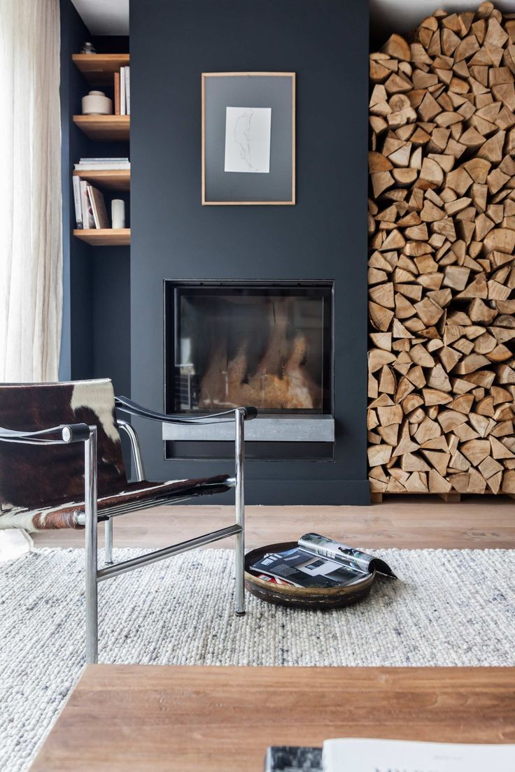 Grijze schouw met haardhout | Grey fireplace with firewood | vtwonen 02-2018 | Fotografie & styling Holly Marder/Avenue Design Studio