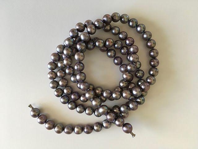 Bellas bedrifter: Lang, grå perlekæde...