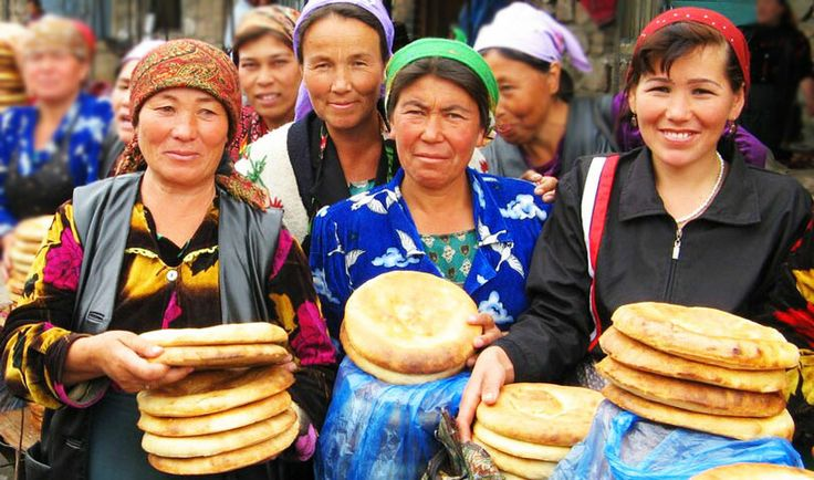 Mujeres uzbekas con el pan típico del país.