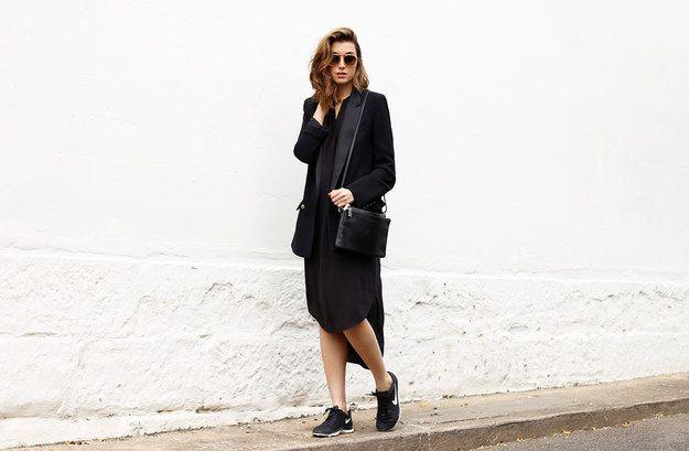 Un vestido negro con un blazer y zapatos de goma: | 22 Looks minimalistas que todas deberíamos copiar