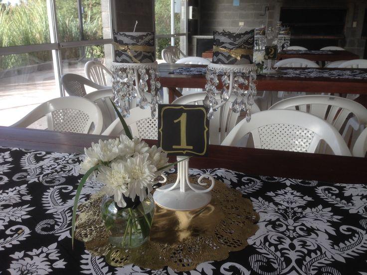 Centro de mesa en dorado y negro. Latiendadecoideas@gmail.com