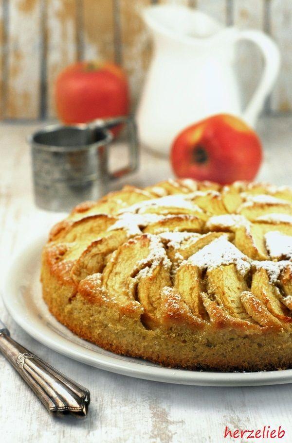 """Süßer Kartoffelkuchen aus rohen Kartoffeln, belegt mit Äpfeln und natürlich mit Zimt und Zucker – das klingt bestimmt erstmal ein bisschen eigenartig. Dieses Rezept ist sehr einfach, der Kuchen ist schnell zu backen und durch die Kartoffeln bleibt der Kuchen einige … <a href=""""http://herzelieb.de/kartoffelkuchen-rezept-suess/"""">Weiterlesen</a>"""