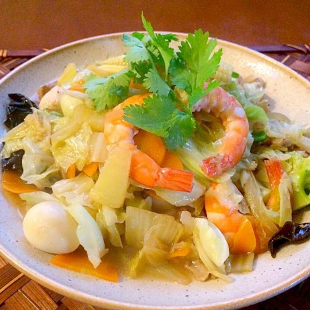 広東代表的なメニュー、中華風五目うま煮。 日本ではご飯の上に八宝菜をかけ「中華丼」と言いますが、これは日本人オリジナルな食べ方だそうです 今宵は海老,イカ,帆立,豚肉,白菜,キャベツ,人参,ヤングコーン,玉ねぎ,ピーマン,ブロッコリー,うずらの卵,木耳✌️ 八宝菜の「八」は「8種類の」という意味ではなく単なる「多くの」の意味。 - 50件のもぐもぐ - Chop-suey(Braised mixed vegetables/Buddhist Delight) 八宝菜<海鮮什錦> by Ami