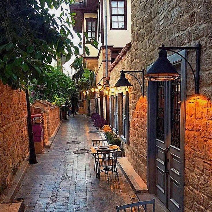 Huzur dolu bir Kaleiçi sokağı... @tuvana_hotel in estetik duvarları. Iki defa Turkiye'nin en romantik butik oteli secilen Tuvana Hotel, disariya da hizmet veren fine dining restorani Seraser ve italyan pizzacisi Il Vicino ile goz dolduruyor. Romantik ciftler icin ideal. Antalya'ya gidip te kalmadan dönmeyin! Net www.kucukoteller.com.tr/tuvana-otel ☎ 0242-2444054 ---------------------------------------------------- #antalya #kaleiçi