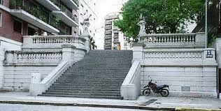ESCALINATA: Escalera exterior que conduce al acceso principal de una edificación. Normalmente son tramos cortos de peraltes que se combinan con plataformas, para poder salvar desniveles.