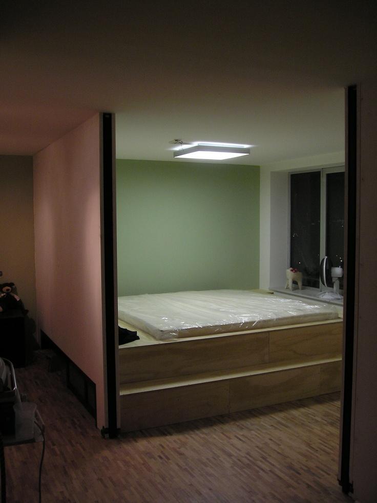 Maatwerk tweepersoons bed (later met bamboe) met uitschuifbaar logeerbed en opberglade