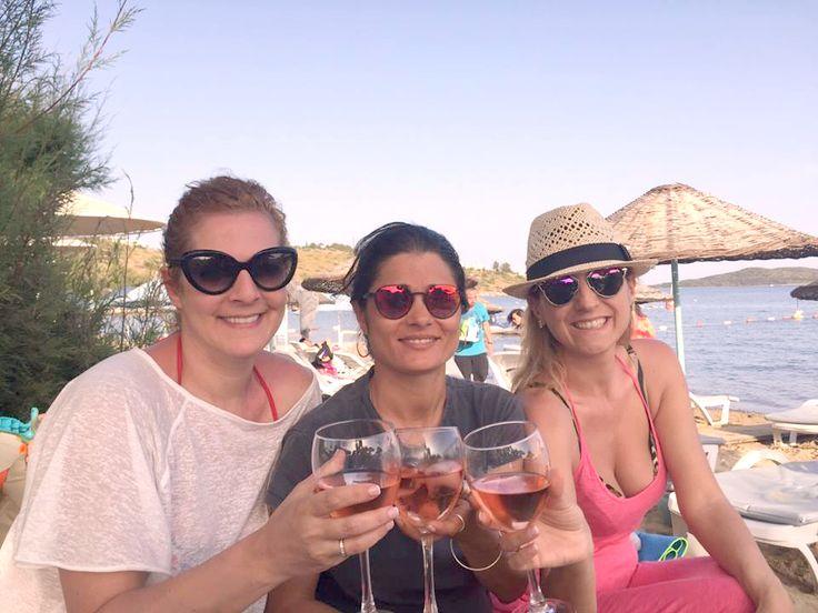 Dalga Beach Bodrum'dan gülen yüzler *** Smiling faces from Dalga Beach Bodrum... #bizdenkareler #dalgabeach #bodrum #yazgeldi #summerjoy