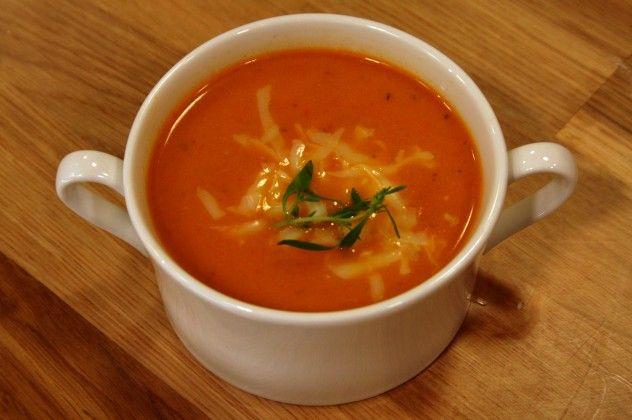 Malzemeler: 4 adet iri domates 1 adet kuru soğan 2 diş sarımsak 5-6 dal taze kekik 2 çorba kaşığı zeytinyağ 1 tatlı kaşığı şeker Deniz tuzu ve karabiber 3 su bardağı su 1 su bardağı süt 1 çorba kaşığı un 1 çorba kaşığı tereyağı  Fırınınızı önceden 220 derecede ısıtın. Derinliği olan bir fırın kabına,ortadan ikiye kestiğiniz domatesleri, kesili tarafları yukarıya bakacak şekilde dizin. Domateslerin üzerine ince halkalar halinde doğradığınız soğanları, 2 diş sarmısağı, dallarından ...
