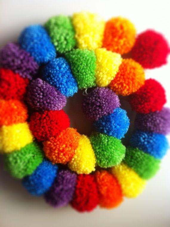 Regenboog van Pompons. Ook leuk als wandecoratie in bv een kindekamer. En natuurlijk maak je de pompons zelf. Kijk voor garen en pompon makers eens op http://www.bijviltenzo.nl