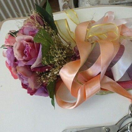 Romantik ve renkli Gelin Buketimiz.  #gelin #gelinaksesuari #gelinaksesuarı #gelinlik #bouquet #gelinaksesuari #elçiçeği #elbuketi #dugun #düğün #wedding #brideflower #brideflowers #bride #bridal #bridalaccesories #gelinlik #bridalbouqet