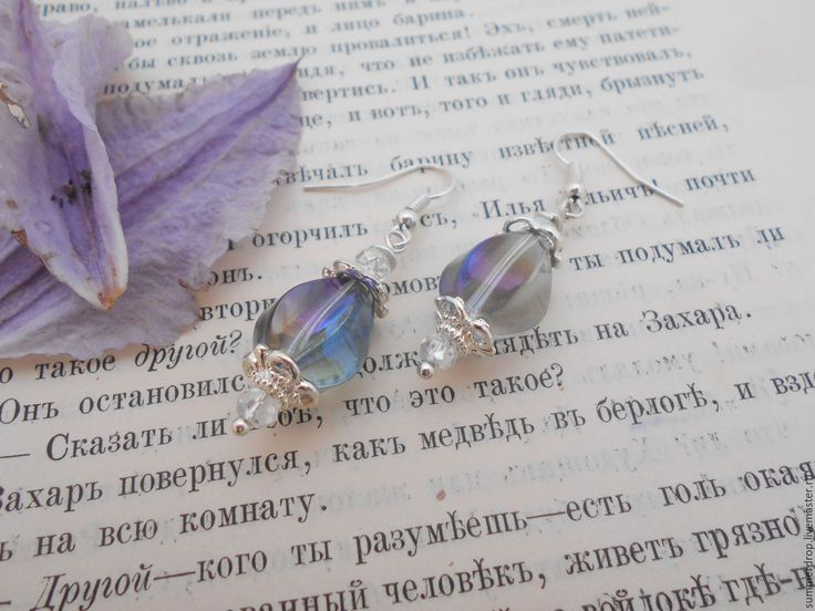 """Серебристые стеклянные серьги ручной работы """"Фиолетовый плен"""". Обладают потрясающим, завораживающим переливом!"""