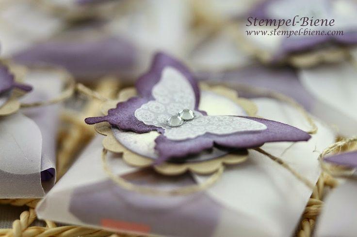 Mit Glitzer und Steinchen: Basic Strassschmuck und silbernes Glitzerpapier verleihen dem Schmetterling das gewisse Etwas. Fertig!   #stampinup #Schmetterling #Stanze #Verpackung #Geschenk #edel #basteln #stempeln
