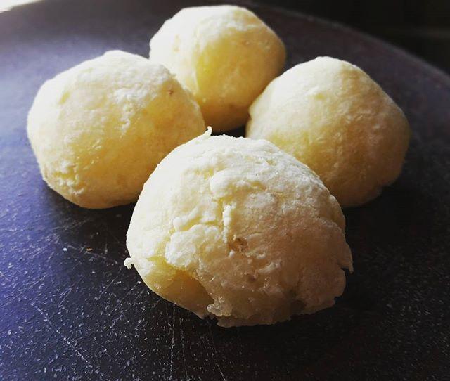 Ontem foi dia de pão de queijo vegano feito pelo Juliano. Hummmmm.  #vegano #paodequeijo #vegan #comida #homemade