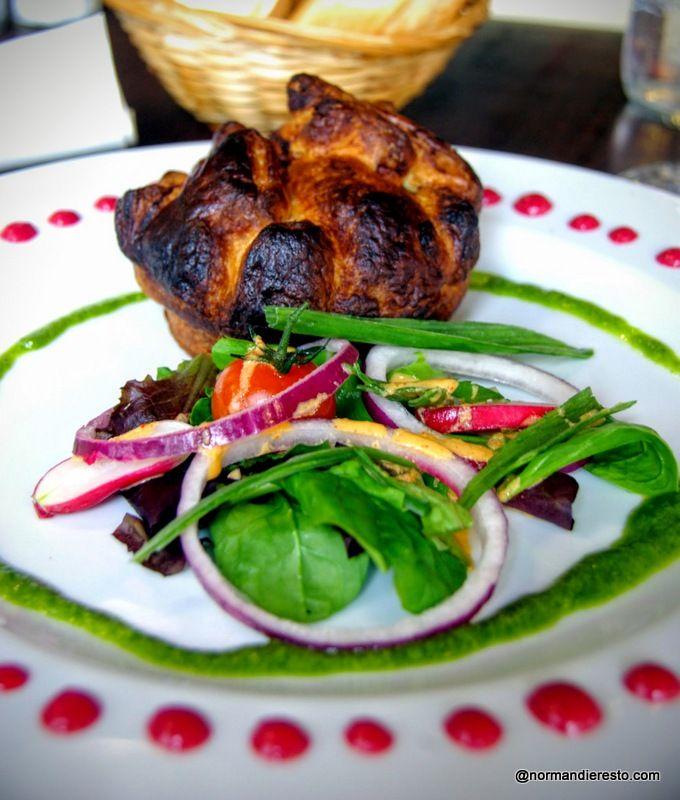 Au restaurant Bagatelle à Le Havre, La Tourtière chaude de cochon et foie de volaille, salade coriandre, vinaigrette à la betterave.