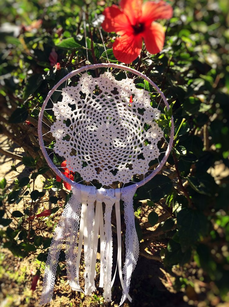 ATRAPASUEÑOS CROCHET BLANCO  Materiales: Madera, carpeta de crochet color blanco, puntilla color blanco, cinta de raso blanca, puntilla de algodón blanca Tamaño: 25 cm diámetro