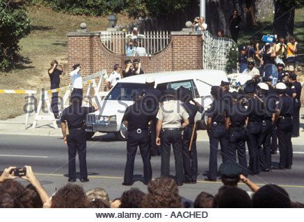Elvis Presley s Funeral Hearse leaving Gracelands Memphis Tennessee USA 18th August 1977 Stock Photo