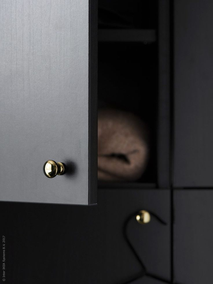 Stilsäkra hallen | IKEA Livet Hemma – inspirerande inredning för hemmet  Nytt! ENERYDA knopp i mässing 39 kr/2 st är nätt som ett litet smycke och sätter stilen på inredningen. BESTÅ förvaring med dörr LAPPVIKEN svartbrun, 2 700 kr.