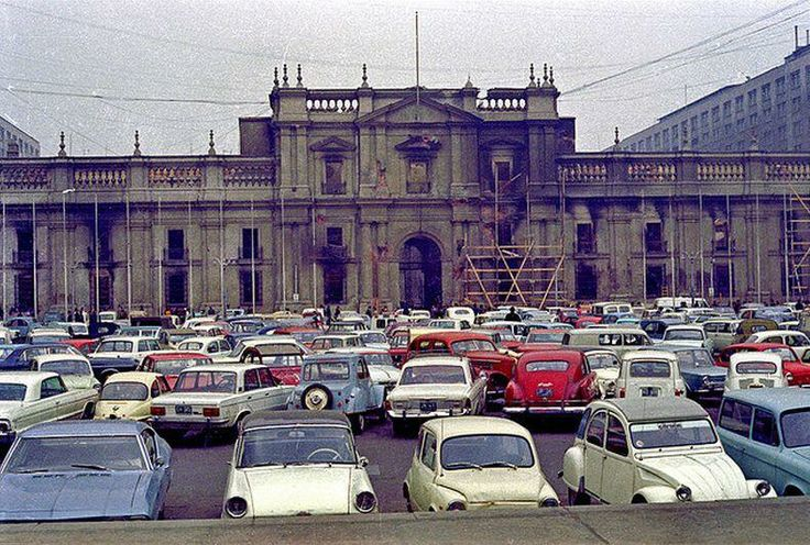La Moneda después del golpe, convertida en estacionamiento. Aporte de @alb0black. Stgo adicto.
