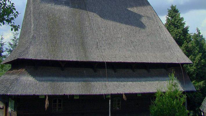 Biserica de lemn din Budești Josani O călătorie virtuală prin Maramureş - galerie foto. Vezi mai multe poze pe www.ghiduri-turistice.info Sursa : http://ro.wikipedia.org/wiki/Fișier:Biserica_de_lemn_din_Budesti_Josani.JPG