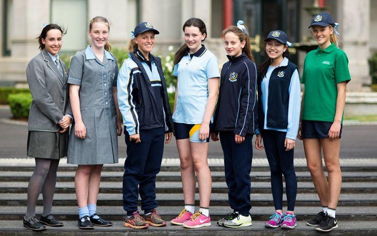 À St Catherines l'uniforme scolaire est obligatoire. Dans cette photo on peut voir les différents types des uniformes qu'on peut porter ici. Par exemple il y a un uniforme qu'on peut porter en hiver, en été et pendant le sport.