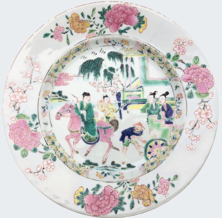 Assiette à décor du Roman du Pavillon de l'Ouest en porcelaine de Chine de la Compagnie des Indes d'époque Yongzheng. Peinte dans les émaux de la famille rose, à décor d'un épisode du Xixiang Ji, Roman du Pavillon de l'Ouest.