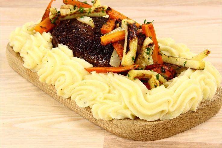 Lav en stor hakkebøf (250-350g kød) så den er ca 8-10cm i diameter og rimelig i tykkelse. Steg denne ved god varme til at den er næsten færdig (altså halv-rød indeni).<BR> <BR> Lav kartoffelm
