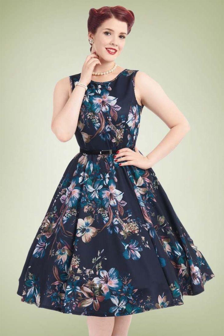 De naam zegt het al... Audrey Hepburn zou deze 50s Hepburn Lily Swing Dressmet trots gedragen hebben! Waar kun je een vrouw blij mee maken? Juist... bloemen en jurken. Deze classy jurk heeft een prachtige aansluitende top, een speels riempje en loopt vanaf de taille uit in een volle swing rok voor een mooi vrouwelijk silhouet, oh la la. Uitgevoerd in een glad, stretchy donkerblauw stofje met een adembenemend mooie bloemenprint.Een juweeltje om te zien en een droom om te dragen, de...