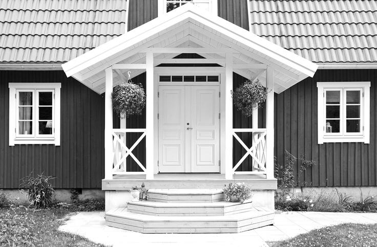 Ytterdörr Park 870 och utåtgående sverige fönster med äkta wienerspröjs från Ekstrands fönster #Windows #Design #Architecture #Swedish #House #Villa #Ekstrands