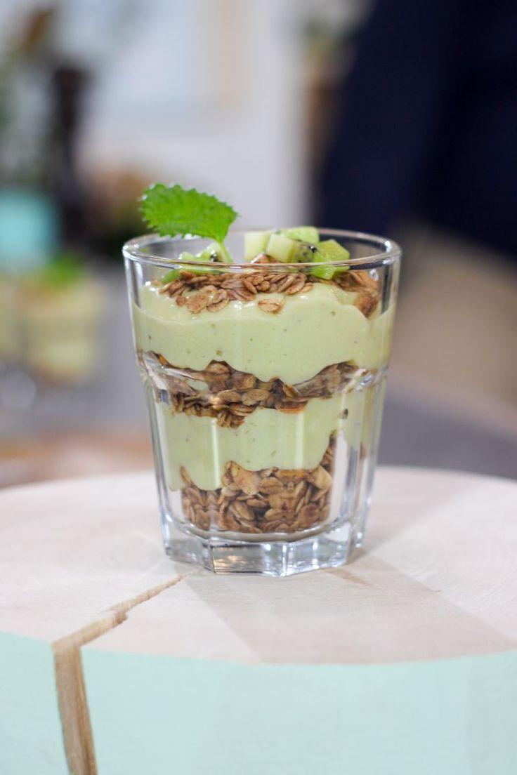 """Het lekkerste recept voor """"Avocadosmoothie met granola"""" vind je bij njam! Ontdek nu meer dan duizenden smakelijke njam!-recepten voor alledaags kookplezier!"""