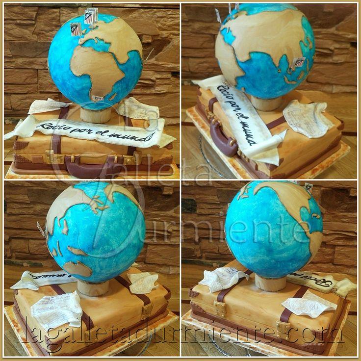 Tarta de viajes con bizcocho en forma de maleta y mapa mundi. Diseño de tartas personalizadas  lagalletadurmiente@gmail.com