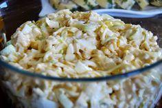 Sałatka z porem, serem, kukurydzą i jajkami... Cienkie plasterki wyrazistego w smaku pora. Wiórki ugotowanych na twardo jajek i sera. Sło...