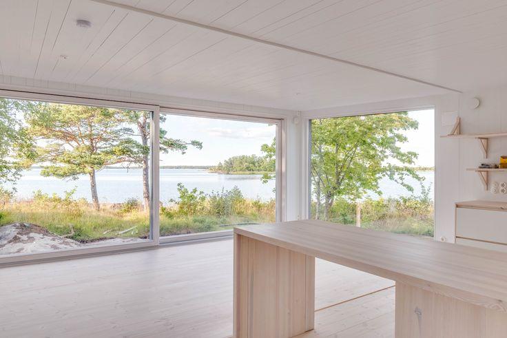 Modulbyggt hus från kollektion Sommar från Sommarnöjen.#sommarhus #fritidhus #skandinaviskdesign #arkitektur #skärgårdshus #naturmaterial #skandinaviskarkitektur #nordiskahem #sommar #modulhus