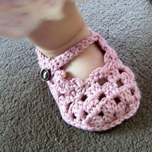 Sole Lovely Mary Janes - free baby sandals crochet pattern