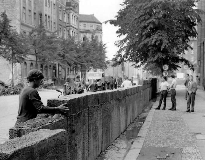 215 best images about berlin 1961 mauerbau on pinterest soldiers brandenburg gate and the wall. Black Bedroom Furniture Sets. Home Design Ideas