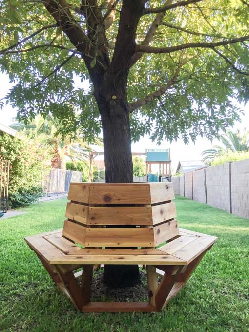 beautiful hexagon cedar bench /// Baue eine Bank um deinen Lieblingsbaum #DIY #bosch