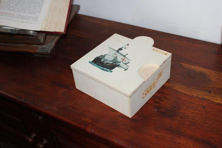 Procura-nos na cidade de Lisboa e vem ao encontro desta caixinha de surpresas que só pretende adoçar a tua visita à Capital! Box Caravela com pastéis de Belém, melhor é impossível!