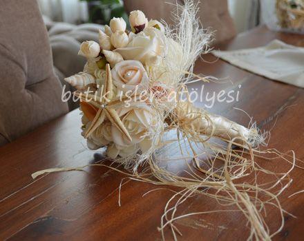 Deniz temalı düğünlerinizi deniz kabuklarından, naturel renk ve çiçeklerden oluşan gelin buketinizle tamamlayın.