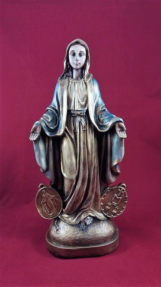 Imagem de Nossa Senhora das Graças em gesso, pintada à mão. Preparada com goma laca e aplicação de verniz sobre a pintura.  Nossa Senhora das Graças é uma invocação especial pela qual é conhecida a Virgem Maria, também invocada com a mesma intenção sob o nome de Nossa Senhora da Medalha Milagrosa...