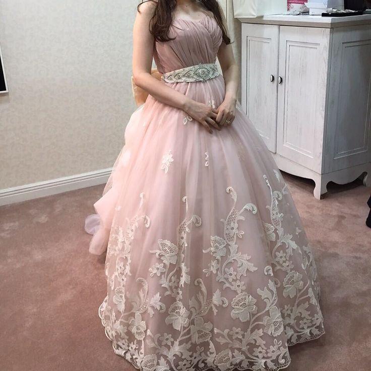 本番でも着た大好きなドレスですグレースコンチネンタルのドレスでなかなか抜け出せなかったCD迷子でしたがこのドレスは一目惚れでしたウエスト部分のビジューも好きだし裾のお花のレースも好きだけどバックスタイルが何より好きでした#カラードレス#グレースコンチネンタル#卒花#TEAM0319 by ami_0319_wedding
