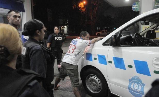 Mientras Nacional y Palestino se enfrentaban en el Parque Central, la Policía tuvo incidentes con los hinchas tricolores y los gases lacrimógenos terminaron deteniendo el partido. Mirá la fotogalería: