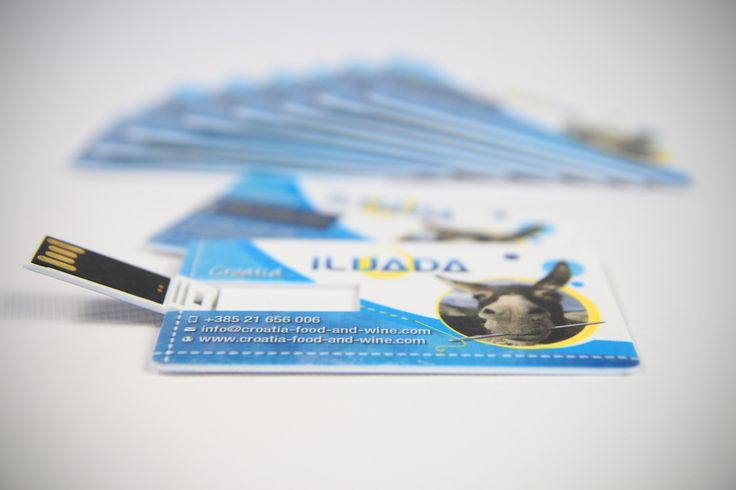 NOWOŚĆ w naszej ofercie !!! Dla biura podróży #ILIJADA zaprojektowaliśmy i wydrukowaliśmy pamięć USB z nadrukiem. Może stanowić ona połączenie wizytówki i praktycznej karty USB do codziennego użytku lub po prostu reklamowego gadżetu. Karty dostępne o pojemnościach 2, 4, 8 i 16 GB i wymiarach 8,3x5,2x2 cm. Dostarczane w osobnych opakowaniach. Zadruk full kolor jedno lub dwustronny. W ofercie szeroki wybór kolorów i kształtów. Ponad 400 modeli. Zapraszamy.
