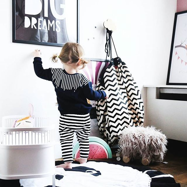 Black striped outfit vs black zig zag playandgo!! Ooooh yes! Thanks @min ibelle.nl #fashion #kids #kidsroom #kinderzimmer #barnrum #blackandwhite #play #play_and_go